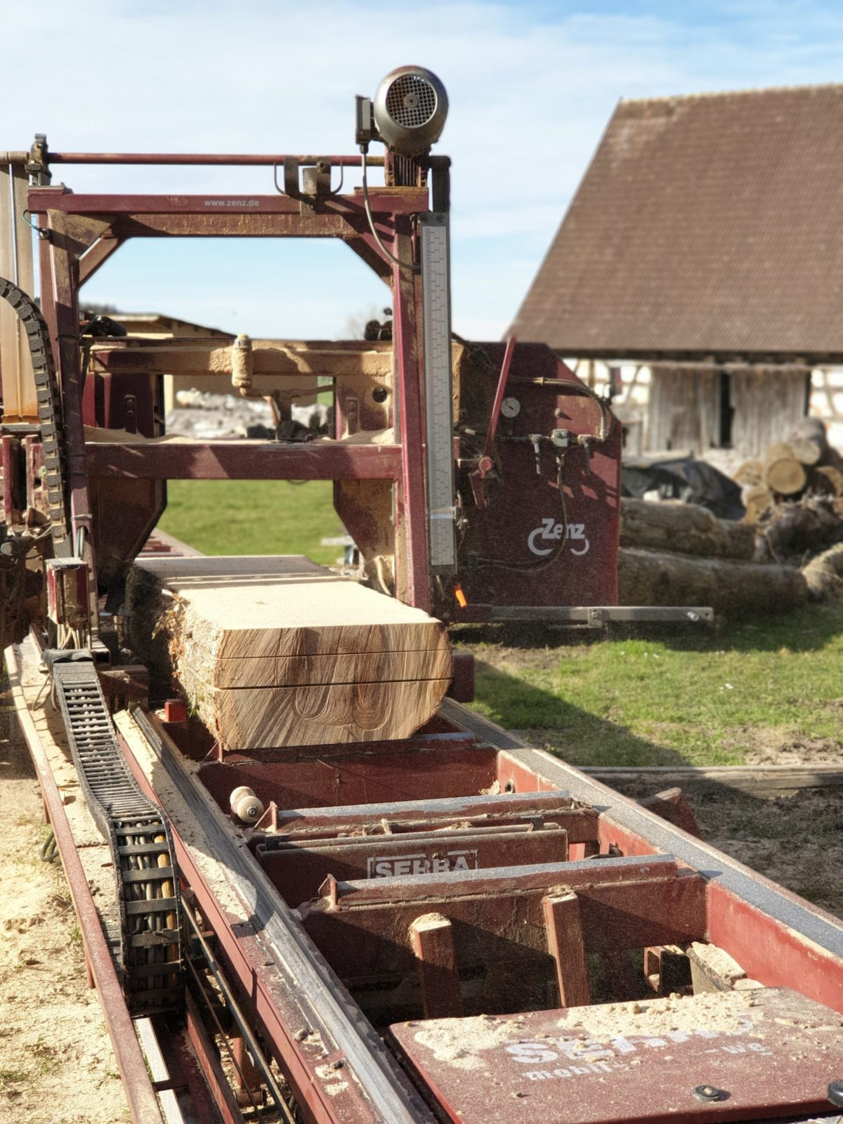 OPA ERWIN Eiche Mondholz Bohlen sägen auf Sägewerk im Frühjahr-1