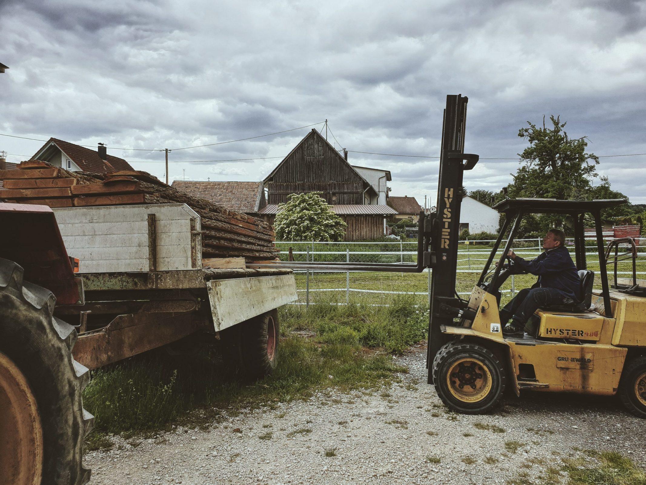 OPA ERWIN Einlagern der Eiche Mondholz Bohlen am Lagerplatz im Frühjahr-2