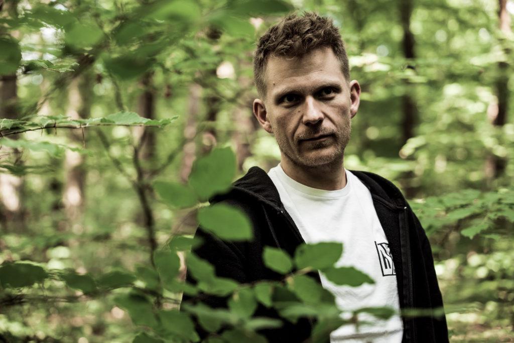 OPA ERWIN Gründer und Geschäftsführer Joachim Bohner Portrait im Wald-2