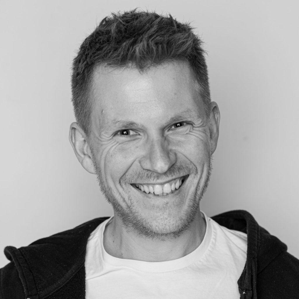 OPA ERWIN Gründer und Geschäftsführer Joachim Bohner Portrait im Wald-6