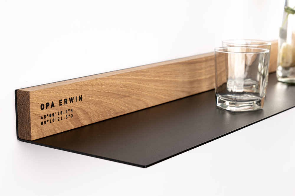 OPA ERWIN - Eiche Mondholz Wandregal Fach 2 - mit Glas Wasserflasche und Zitrone - Detail - von links - 1