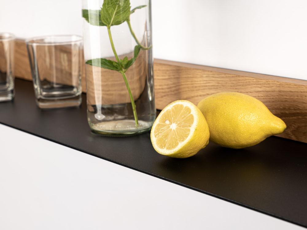OPA ERWIN - Eiche Mondholz Wandregal Fach 2 - mit Glas Wasserflasche und Zitrone - Detail - von rechts - 1