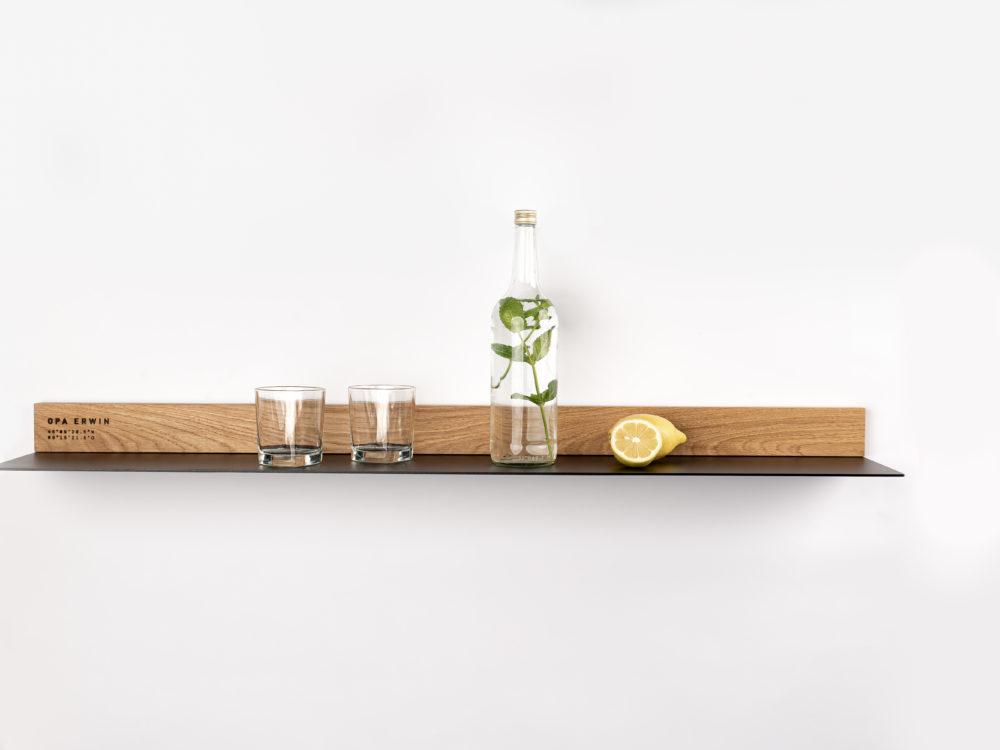 OPA ERWIN - Eiche Mondholz Wandregal Fach 2 - mit Glas Wasserflasche und Zitrone - von vorne - 1