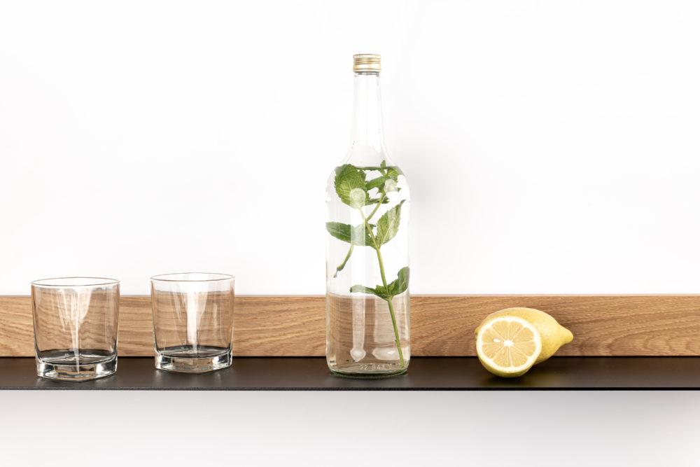 OPA ERWIN - Eiche Mondholz Wandregal Fach 2 - mit Glas Wasserflasche und Zitrone - von vorne - 2