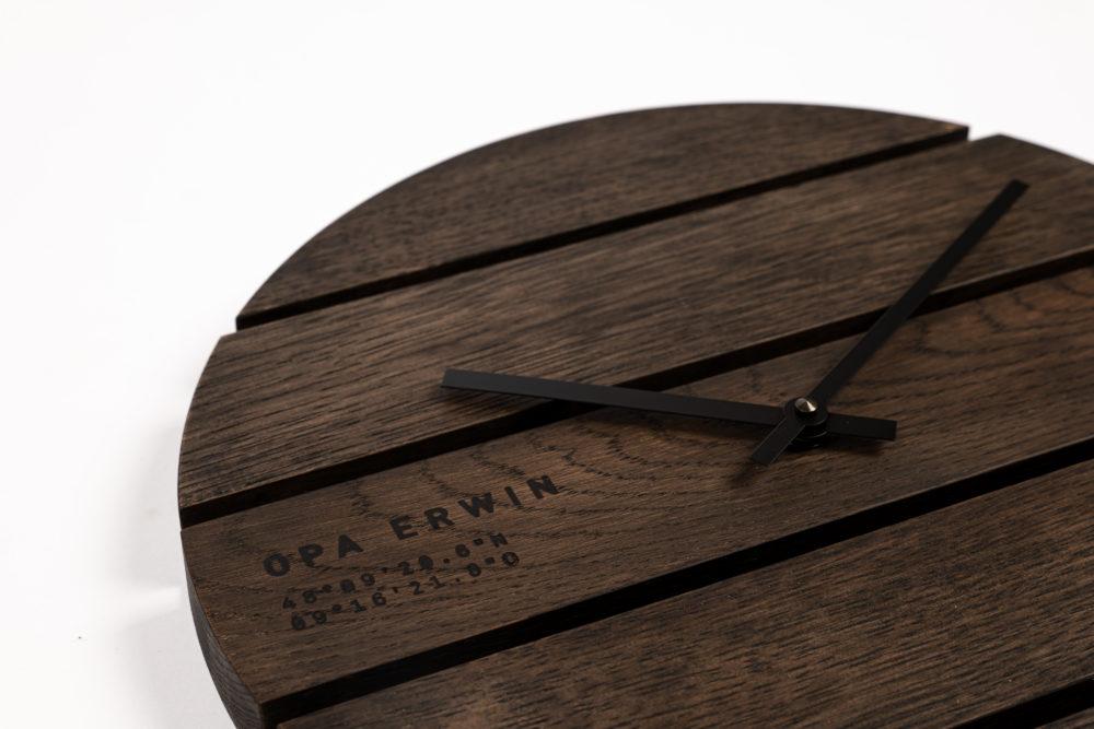 OPA ERWIN - Eiche Mondholz Wanduhr Zirkel halb 8 - schwarz - Detail von links - 1